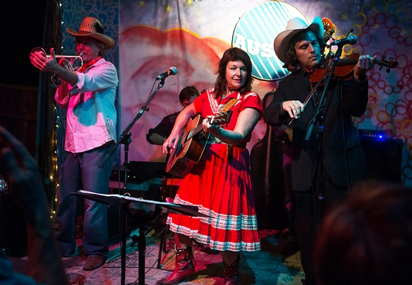 Leeann Atherton performing at Leeann's Barn Dance © Per Ole Hagen